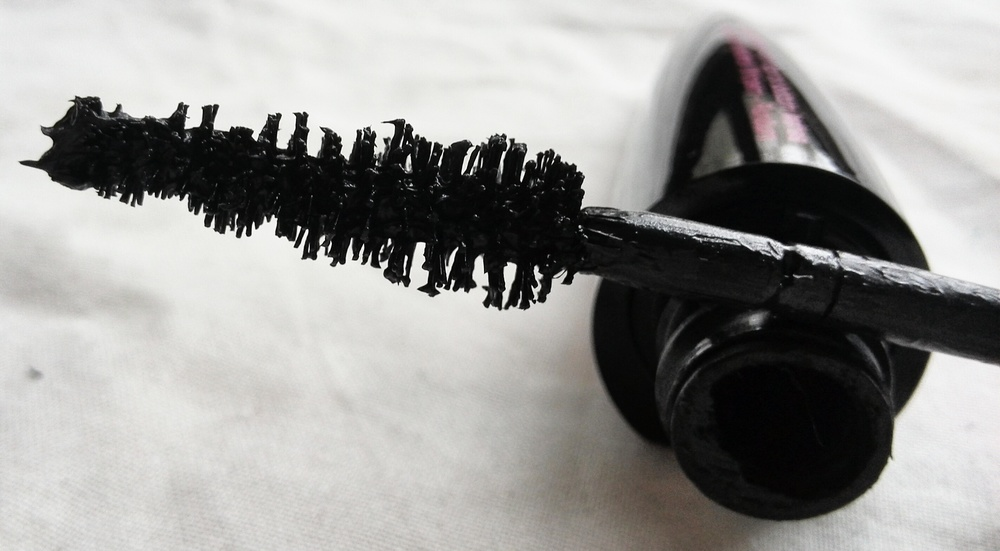 Looks goopy? Don't worry, in spreads like a dream on your lashes!