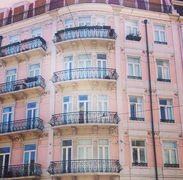 Lissabonilaisen talon seinässä oli ruusuja. Muutan sinne heti kun pääsen eläkkeelle.