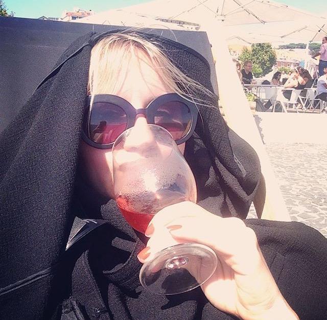 Tämä kuva (selfie) on otettu viimeisenä lomapäivänämme. Silloin minä ja ystäväni Tommi joimme pullon roséviiniä meren äärellä.Halusin suojella ihoani Portugalin auringolta ja näyttää samalla tyylikkäältä.En tiedä, miten hyvin onnistuin siinä. Yhtä kaikki ihoni paloi.