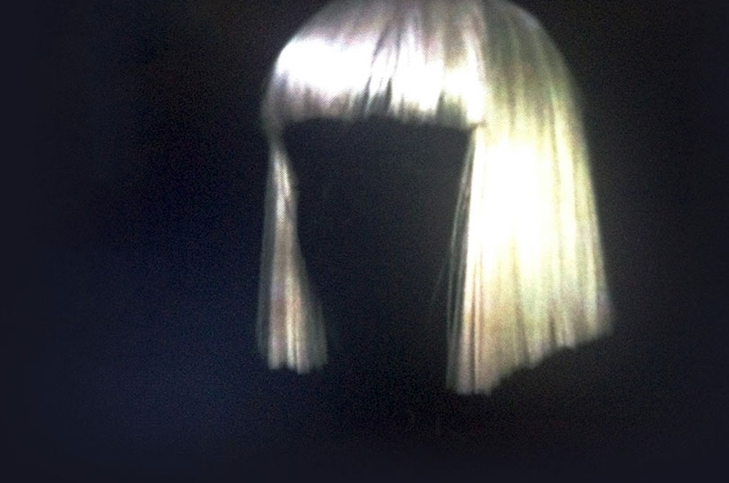 Sia no longer wishes to show her face in public. It's important to note the similarity in Sia's wig and Maddie's.