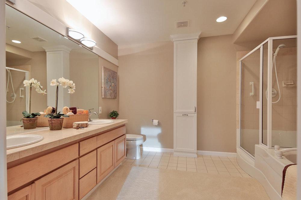 017225 4th Ave Kirkland WA 98033-large-032-33-Master Bath-1500x1000-72dpi.jpg