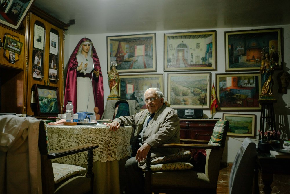 Artist and sculptor José Pérez Conde at his home, Seville. Spain. 2017.