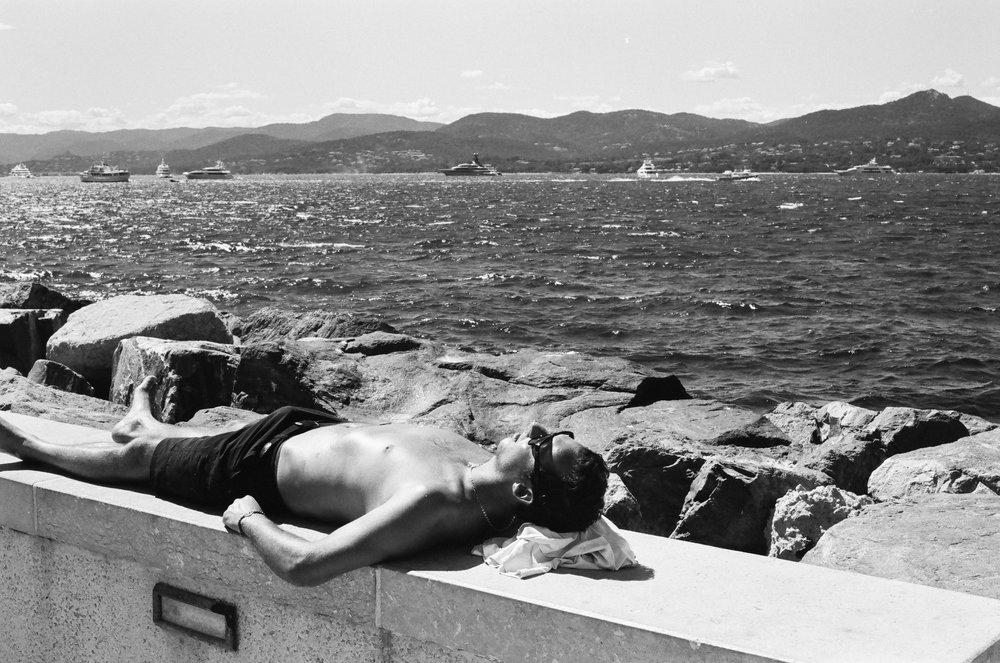 Sunbathing, Port de Saint-Tropez - Clifford Darby 2017