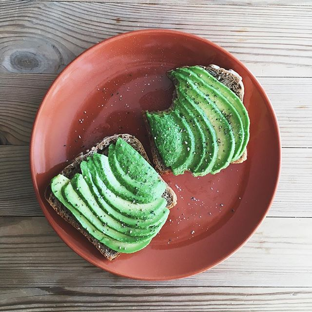 Just a peek at my everyday avo on sourdough toast. The sourdough bread is from @kjokkenhagenkafe and it's amazeballs ✨