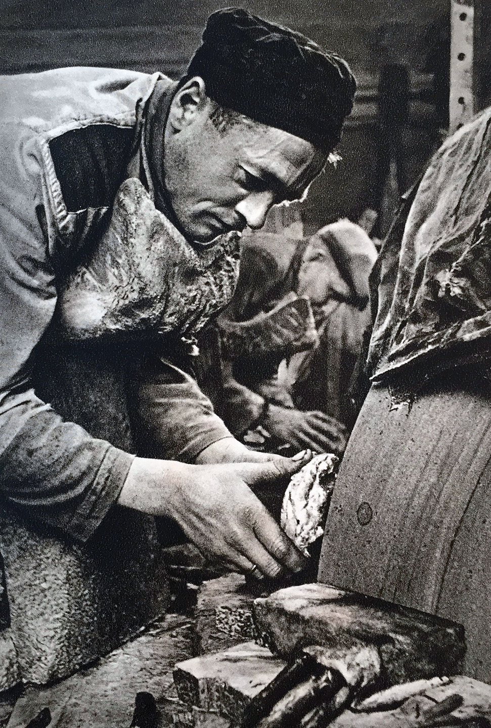 IDAR-OBERSTEIN:  Stonecutter at work. Stonecutting was hard work, abetted by having to lie down and push against the grindstone. Young workers risked a deformed chest. In general, the lifespan of the workers was short. Photograph from early 1900s.
