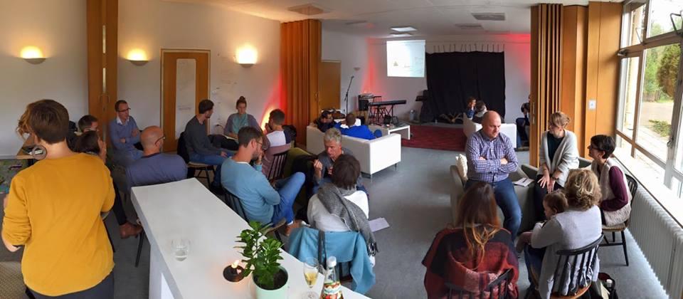 """Szenerie: Grüne Idylle am Rande von Karlsruhe, wo uns die Nimbus-Community von Mary, Marc & Co. herzlich aufgenommen hat. Wer braucht da schon Netz fürs Handy, wenn es Zwiebelkuchen und Federweißer gibt und einen Haufen netter Menschen? Wie erfrischend es sein kann, wenn Gleichgesinnte zusammen kommen, haben wir am vergangenen Wochenede (7.-8. Oktober) beim Spark Community Treffen 2016 erlebt. Offener Austausch, füreinander beten und uns noch mal vor Augen rufen, was unser Fokus ist. Gemeinschaft miteinander zu haben, uns zu vernetzen und zu erfahren, was in den unterschiedlichen Städten, aus denen wir alle angeströmt sind, passiert und wie Gott dort wirkt. Aber auch gegenseitiges Ermutigen, wenn Dinge mal nicht so funktionieren, wie wir sie uns vielleicht vorgestellt haben. Gemeinsames Überlegen, wie wir Gott präsenter machen können in unserem Umfeld und andere mit unserer Leidenschaft anstecken. Denn so unterschiedlich wir alle auch sind, so individuell die einzelnen Projekte sich gestalten, so stellen wir uns alle eine ähnliche Frage: Wie können wir einen missionalen Lebensstil entwickeln und diesen ganz praktisch in unseren Alltag integrieren? Marlin hat das Wochenende wieder unter ein Kernthema gestellt. Dieses Mal war es Jüngerschaft. Mit einem starken Input am Beispiel von Paulus hat er uns daran erinnert, dass es nicht um Kompetenzen geht, sondern darum, sich auf Jüngerschaft einzulassen. Das muss nicht unbedingt bedeuten, dass wir besonders viele kirchliche oder geistliche Aufgaben übernehmen, sondern dass wir unseren Platz in dieser Welt finden. Gott hat uns diese Welt anvertraut und uns den Baukasten überlassen, damit wir damit verantwortungsvoll weiterarbeiten und immer mehr seinen Blick auf die Welt annehmen. Dazu gehört es beispielsweise auch """"jesusmäßig IT zu machen"""". Er möchte, dass wir ihn lieben. Von ganzem Herzen, mit ganzem Verstand und von ganzer Kraft. Neben geistlichem Input haben wir aber auch definiert, wie es mit Spark künftig weitergehen s"""