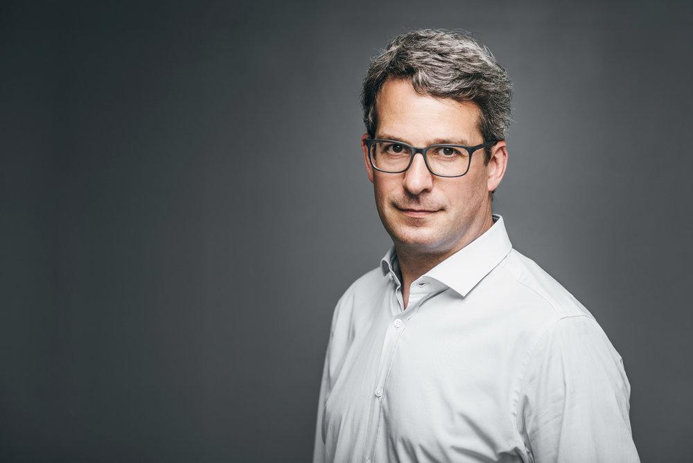 Business Portrait eines Unternehmers mit Brille
