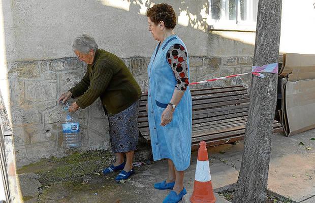 Vecinas de Bello recogiendo agua potable de la única fuente potabilizada del pueblo.