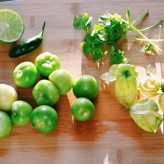 All the green things for roasted tomatillo salsa! Pretending that our farm share doesn't come to an end in 2 weeks 😩 #csa #eatlocal #f52grams #feedfeed #farmshare #inthekitchn