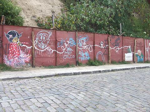 guapulo-graffiti-playing-telephone