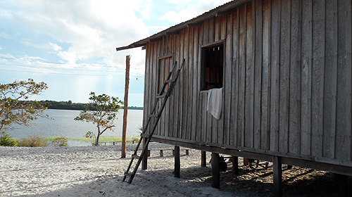 kambeba-tribe-brazil-ladder-house