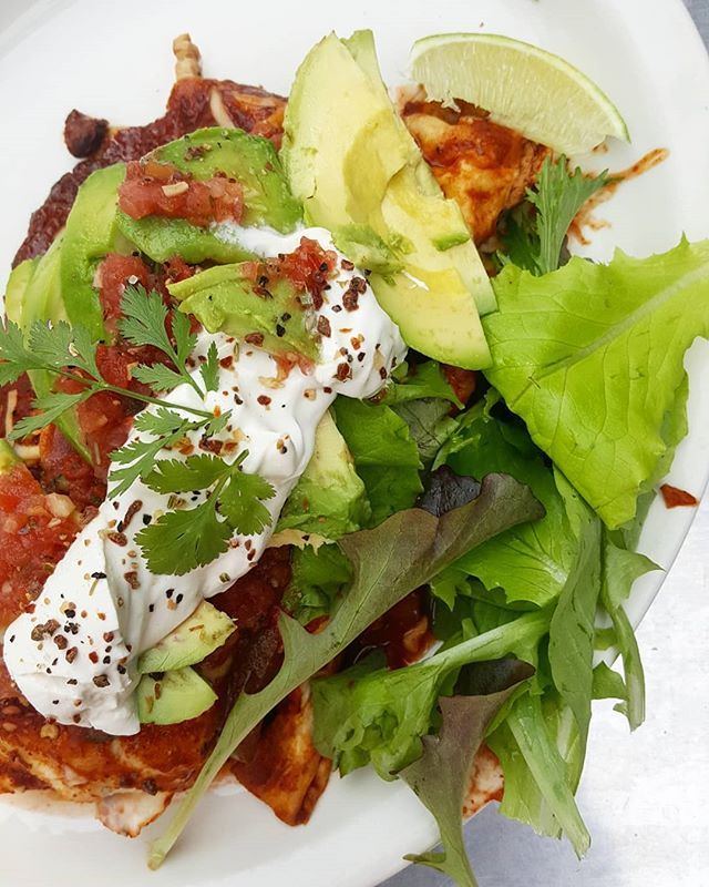 We made our favorite VEGAN #VEGGIEENCHILADAS 🌶🥑🍅 from last week, and there's another class coming up! The June class is all about pantry staples!! • cashew feta • vegan butter • preserved lemons • Dijon mustard • caramelized onions • pickled onions And you'll be making all of these to take home! Sign up at makersunwound.com/classe-registration, for the evening of June 23rd 6-9pm taught by me, Gabrielle! 😄 hope to see you there 💟 #MakersUnwound #makersmovement #veganfood #thisisboise #upperleftusa #pacificnorthwest #boiseidaho #feedfeedvegan #cookingclass #howtocook #diylifestyle #waketomake #loveisthekey #welovefood #plantbased #goodfood
