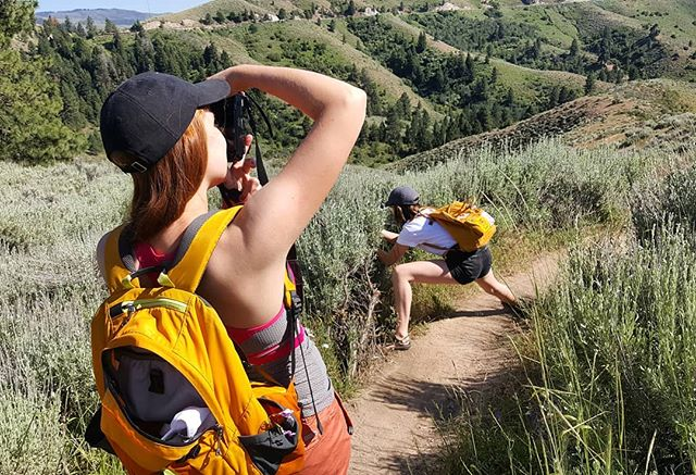 That 📸 form! Just an @isabellekrake and @anneliesekraken being goofs per usual 😉. It was the perfect weather for our favorite loop! ___ #MakersUnwoundteam #makersunwound #thisisboise #upperleftusa #pnw #summerhikes #optoutside #pacificnorthwest #boiseidaho #ridgestorivers #idahotrails #waketomake