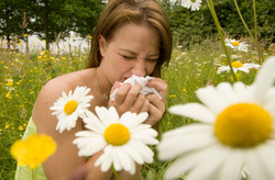 woman-sneezing-flowers.jpg