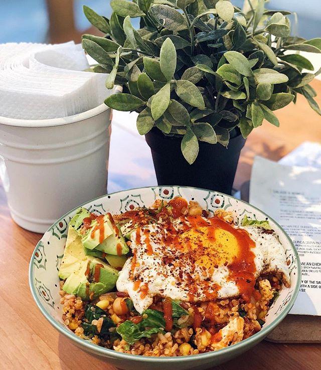 An avo dream come true - our Kimchi Quinoa Grain Bowl 🥑