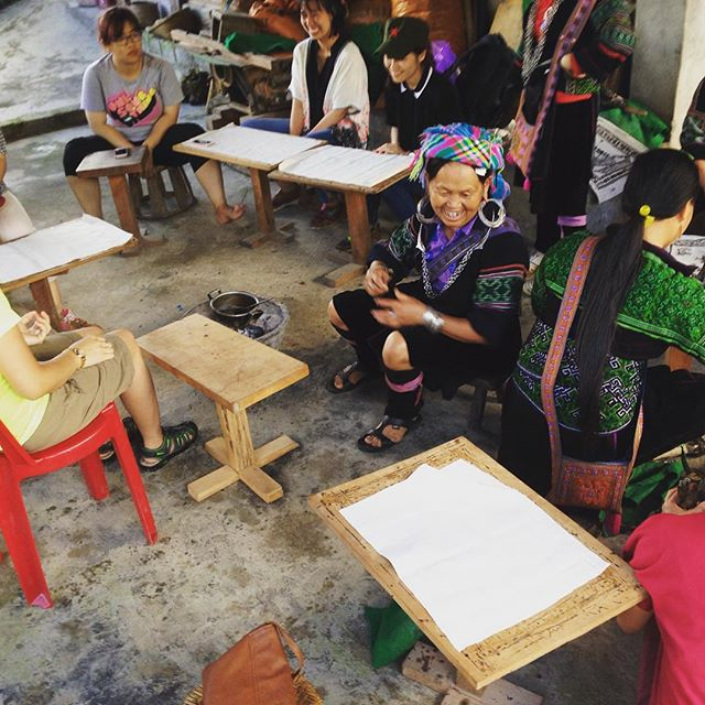 Throwback to the FAM trip in Lao Chai on May 31st. All smiles as Ms.Di leads a group #batik lesson for the tour operator guests #tbt #sapa #communitybasedtourism #cbtvietnam #blackhmong