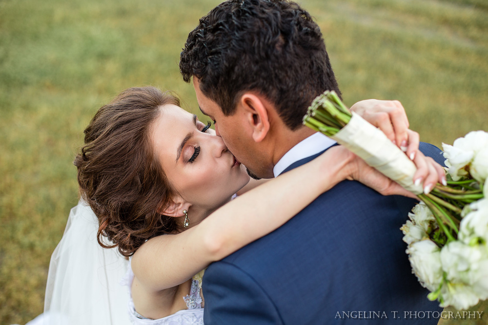 sacramento-wedding-photographer-04-bride-and-groom-kiss-from-above.jpg