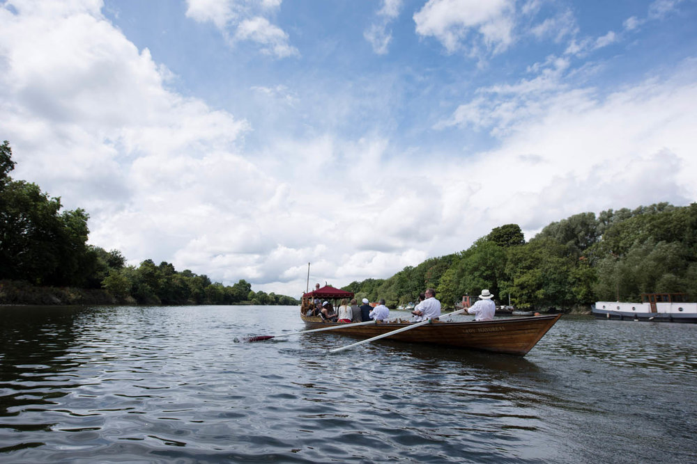 WEDDING-PARTY-ROW-BOAT-THAMES.jpg