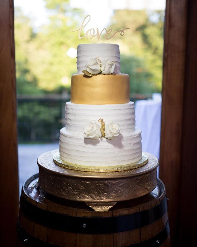 Simple but amazing!  #wedding #weddingcake #cake #sweets #dessert #weddingday #flower #edibleart #art #creation #gold #white #goldandwhite #love #creativeimpressionsphotographystudio #virginia #richmond #richmondwedding #ashtoncreekvineyard