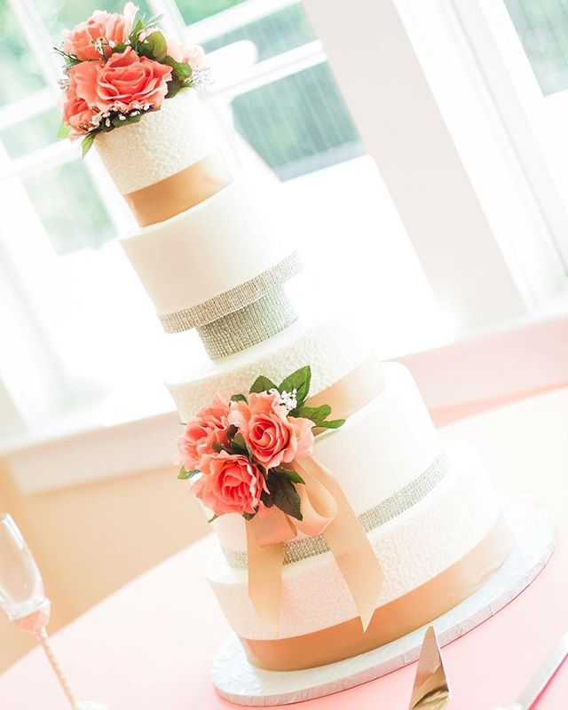 #wedding #weddingcake #southernbride #virginia #virginiabride #vows #weddingday #details #weddingdetails #cake #sweets #flowers #weddingsweets #amazing #tasty #tastytreats #treats #vawedding #virginiaweddingphotographer #creativeimpressionsphotographystudio