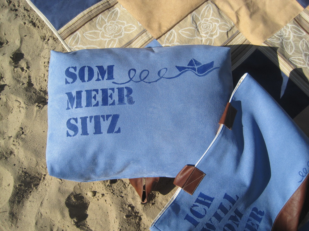 Sitzkissen mit Ledergriff zum leichten Transpotieren, so kann jeder seinen Strand-Sommer-Sitz haben. 49,-€