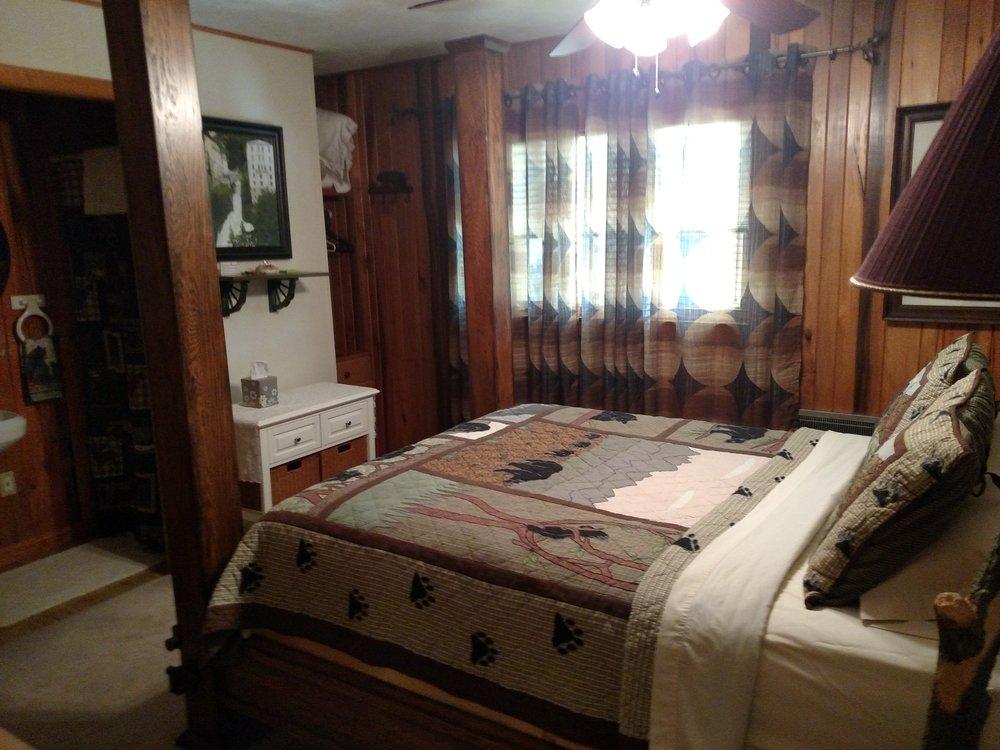 BEDROOM 3 (BEAR COUNTRY) BATH W SHOWER.jpg