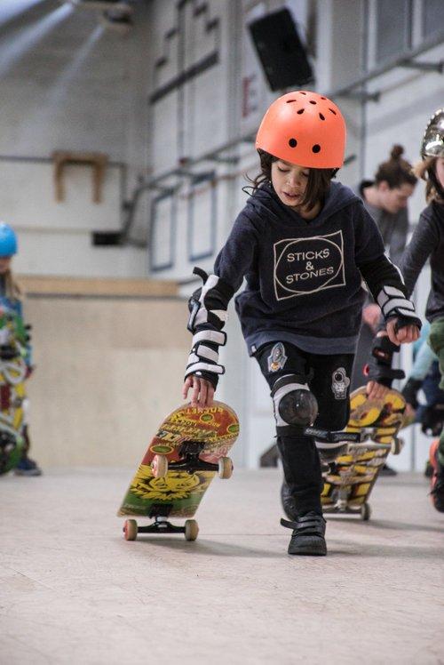 In de schoolvakanties organiseren wij de Skateweek. Elke dag draait om skateboarden, plezier en het aanleren van nieuwe vaardigheden.