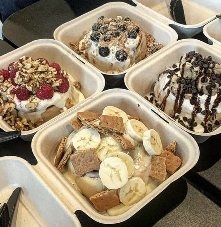 Vegan cinnamon buns with toppings