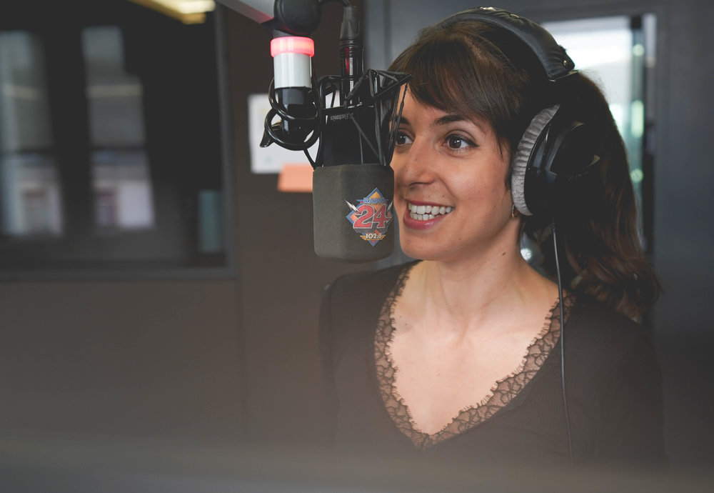 RADIO - Seit Anfang 2017 steht Céline hinter dem Mikrofon in der Radio 24 «Abig-Show». Zudem moderiert sie im Tagesprogramm, an Wochenenden und arbeitet sie als Produzentin. «Radio machen bedeutet Emotionen!» Geschichten zu erzählen und zu erfahren, fasziniert Céline. An oberster Stelle steht bei ihr die Authentizität. Kreativ, spontan und ehrlich begegnet sie ihren Hörer*innen auf Augenhöhe.