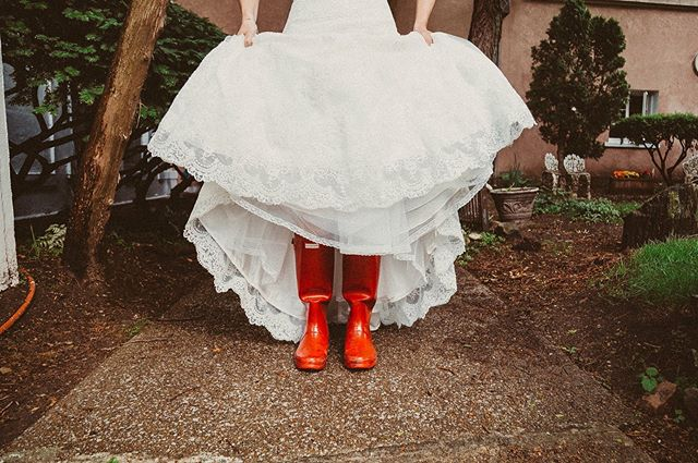 Rain is coming today.  Why oh why can't it just be sunny?! I may need to snag a pair of red @hunterboots like this smart bride did! . . #weddingphotographer  #bridalinspo  #weddingphotography  #junebugweddings  #brides #bride  #bridalinspiration  #lookslikefilm #detroitweddings #detroitweddingphotographer #bridesrealweddings #metrodetroitweddings  #tracilovaszweddings #theknot