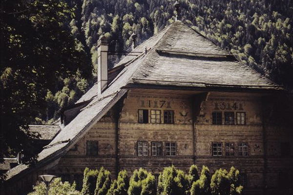 Grand Chalet.  Lost in Swiss Alpine pastures, at the heart of a small and peaceful village, stands the imposing and magnificent wooden structure of the Grand Chalet. It was here, in this unique landscape with its healing climate, that the painter Balthus made his home, enchanted by the fragrances of milk, honey and hints of citrus from the ancient lime trees that surrounded his studio. Today, like a wonderful memory, his favourite perfume fills this place once again.