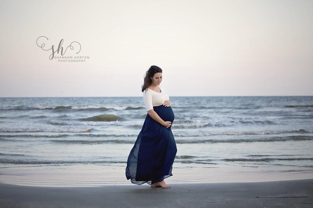pregnant-mom-at-beach