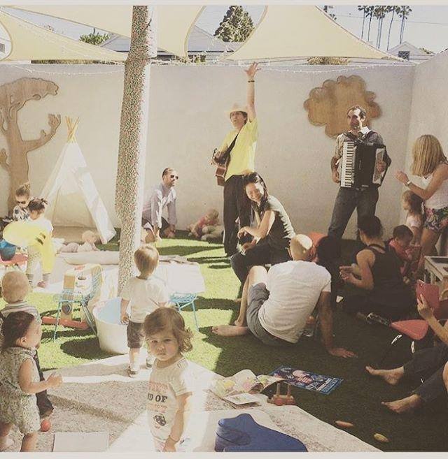 @booksandcookiesla 💛 such a wonderful place for parents n kids to learn about stories, music n arts! #booksandcookiesla #readingtime #creativity #teepee #la #playtime #singanddance