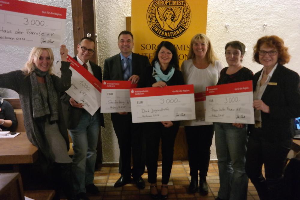 SI-Präsidentin Jutta Strack überreichte die Spendenschecks, von links: Serpil Seven, Harald Schröder, Dirk Harr, Susanne Götze-Mattmüller, Tanja Bewersdorff, Ulrike Allinger und Jutta Strack.