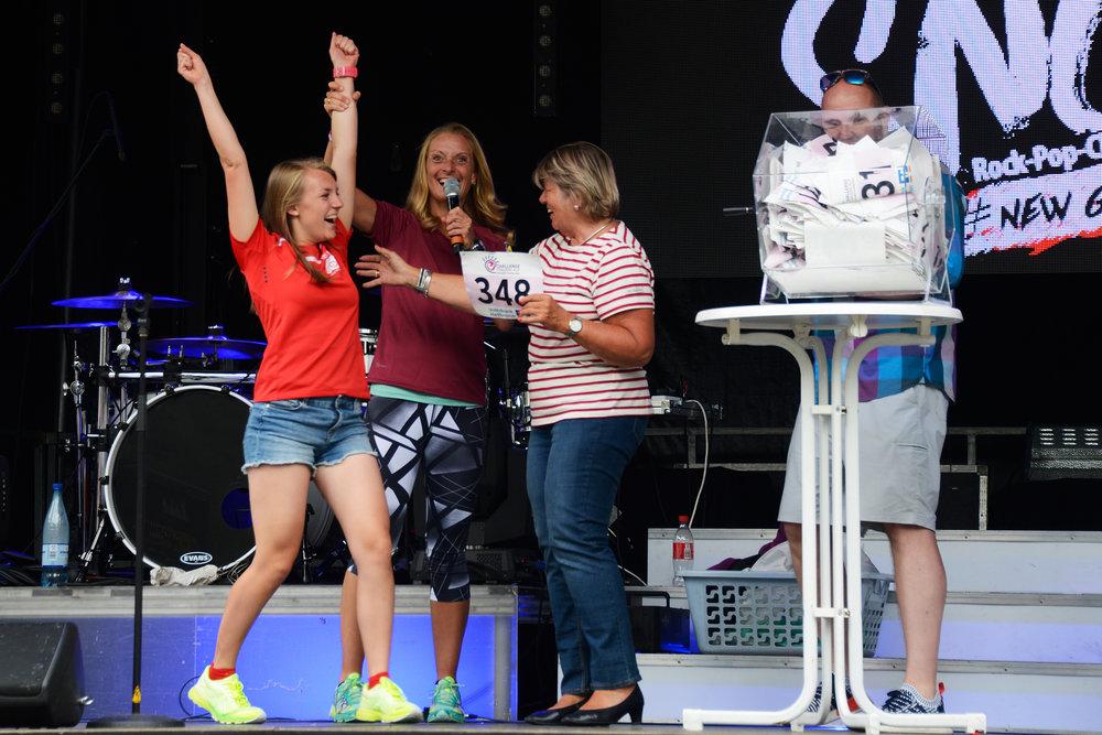 Laura Hoffmann freut sich über das gewonnene Porsche-Wochenende! Heidi Sessner und SI-Vizepräsidentin Dr. Ute Stölzle freuen sich mit!