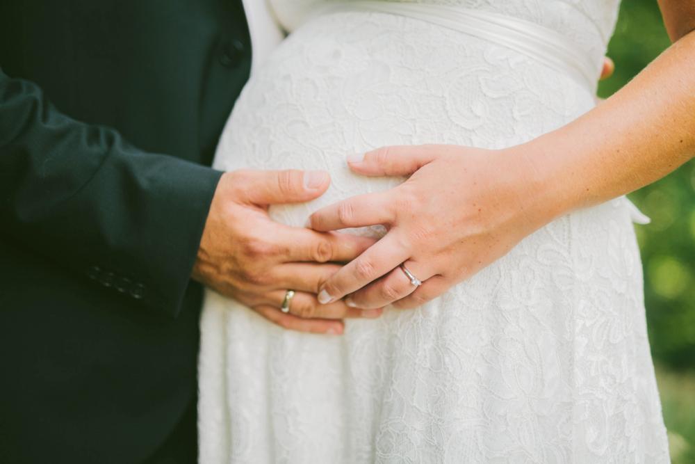 Hochzeitsfoto mit Babybauch