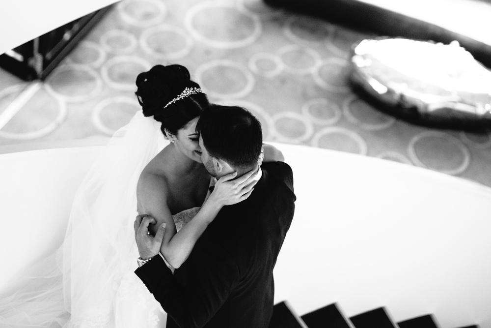 Hochzeitsfotograf beim Brautpaarshooting im Hyatt Regency in Düsseldorfer Medienhafen