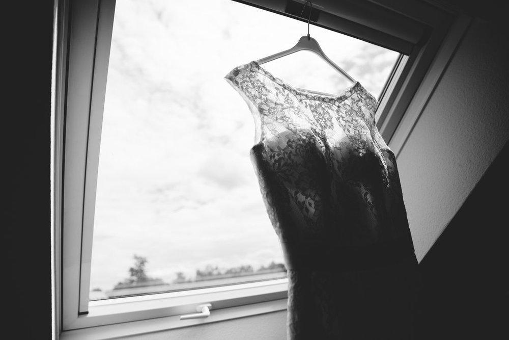 Detailfoto Spitzenkleid im Fenster