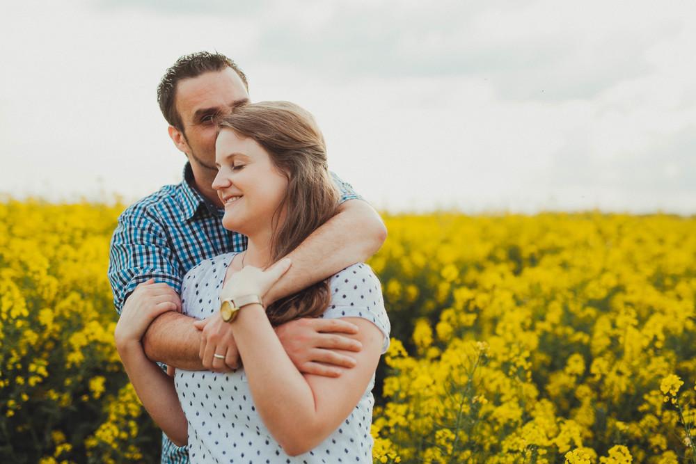 Paar im Rapsfeld - emotionales Verlobungsshooting