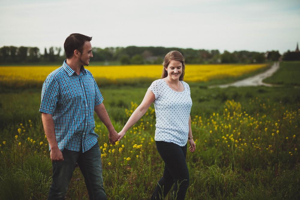 Verlobungsshooting auf dem Rapsfeld in Troisdorf