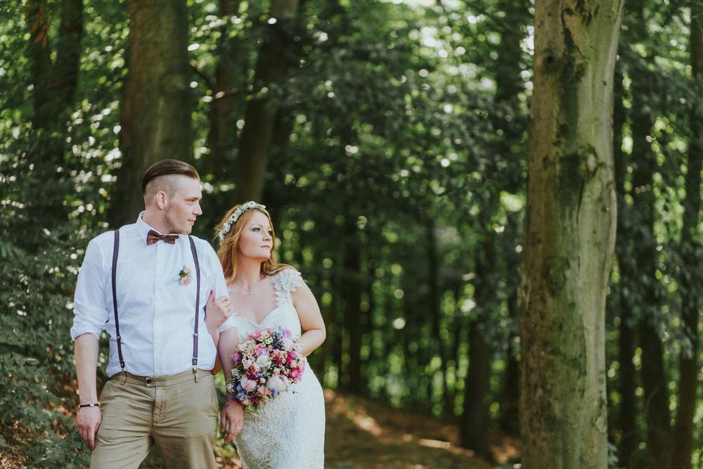 Elegantes Brautpaar im Wald von Solingen - Vintagehochzeit