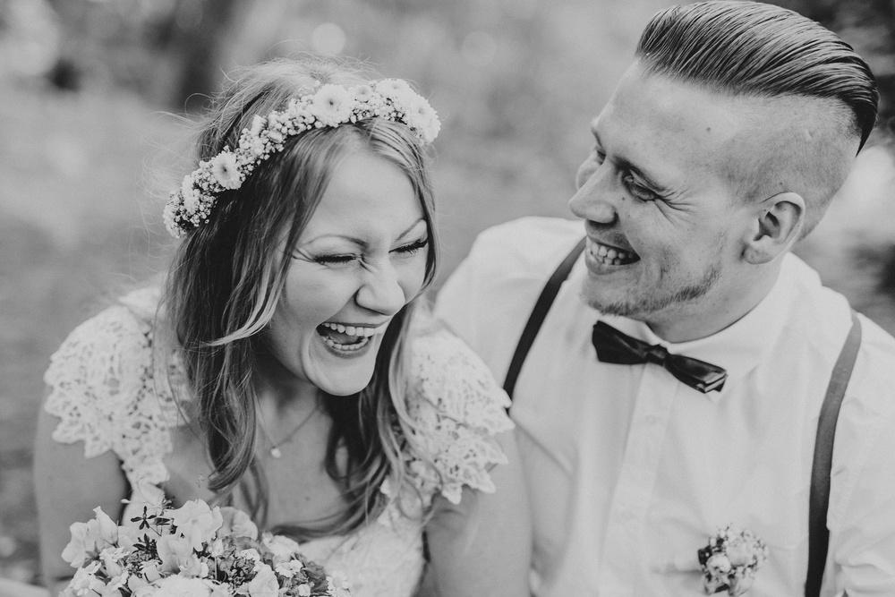 Ungestelltes Hochzeitsfoto von einem lachenden Brautpaar - natürliche Hochzeitsfotografie in Solingen