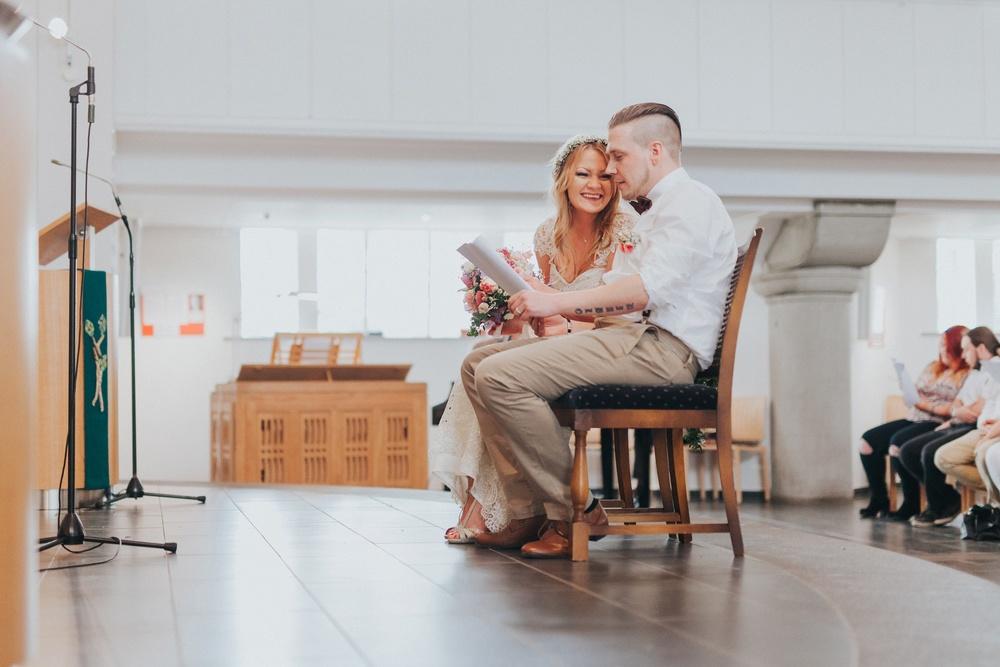 Lachendes Brautpaar bei einer persönlichen evangelischen Trauung in Solingen