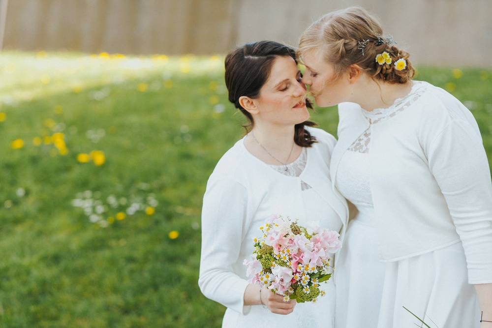 romantische gleichgeschlechtliche Hochzeit in Köln-Mülheim - zwei verliebte Bräute in der Natur