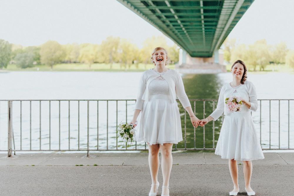 Zwei lachende Bräute beim Hochzeitsshooting in Köln-Mülheim unter der Mülheimer Brücke