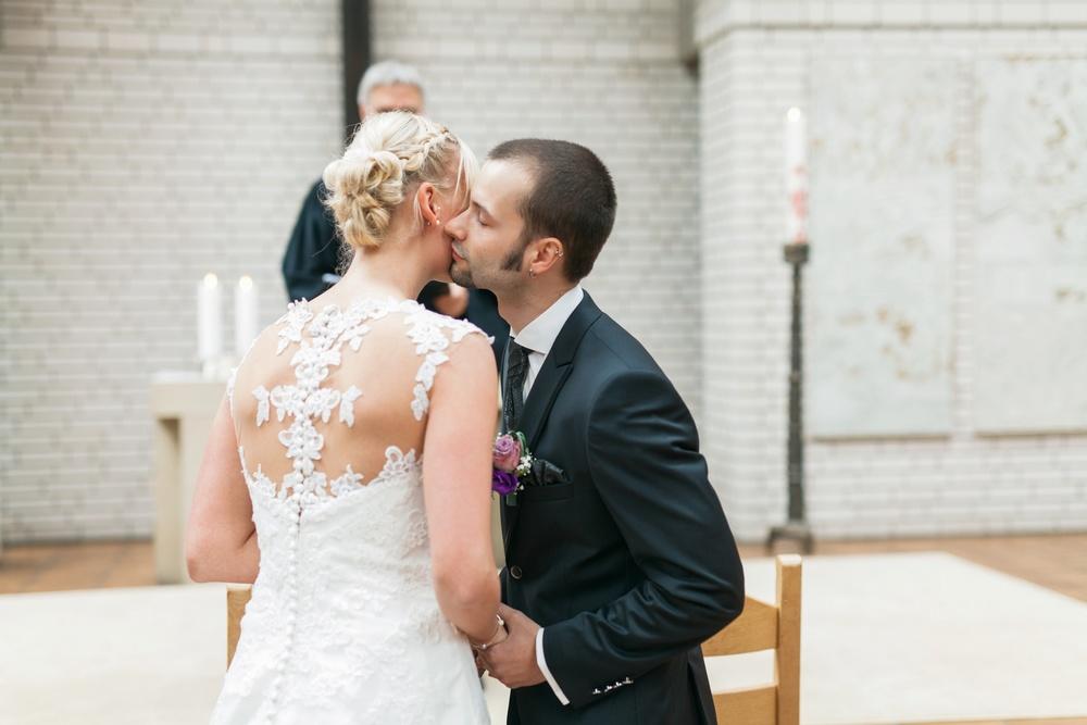 Hochzeitskuss - Hochzeitsfotos im Reportagestil von Darya Gulyamova Fotografie