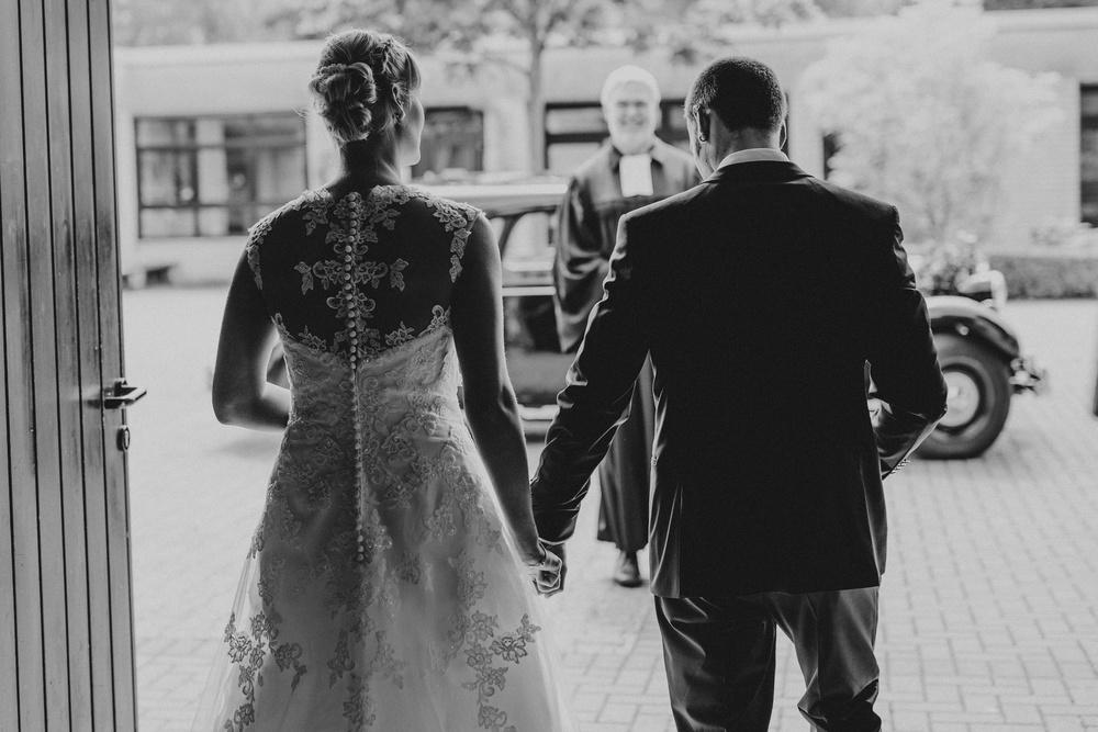Auszug aus der Kirche - Hochzeit in Meckenheim, Brautkleid mit Rückendetail von Ladybird
