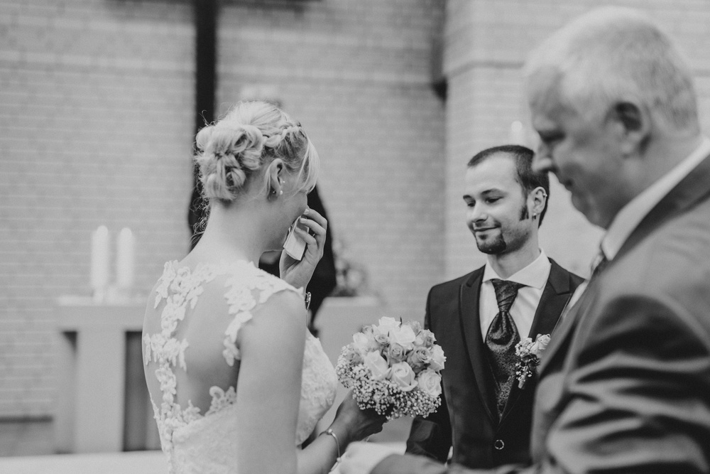 weinende Braut bei einer kirchlichen Hochzeit in Meckenheim