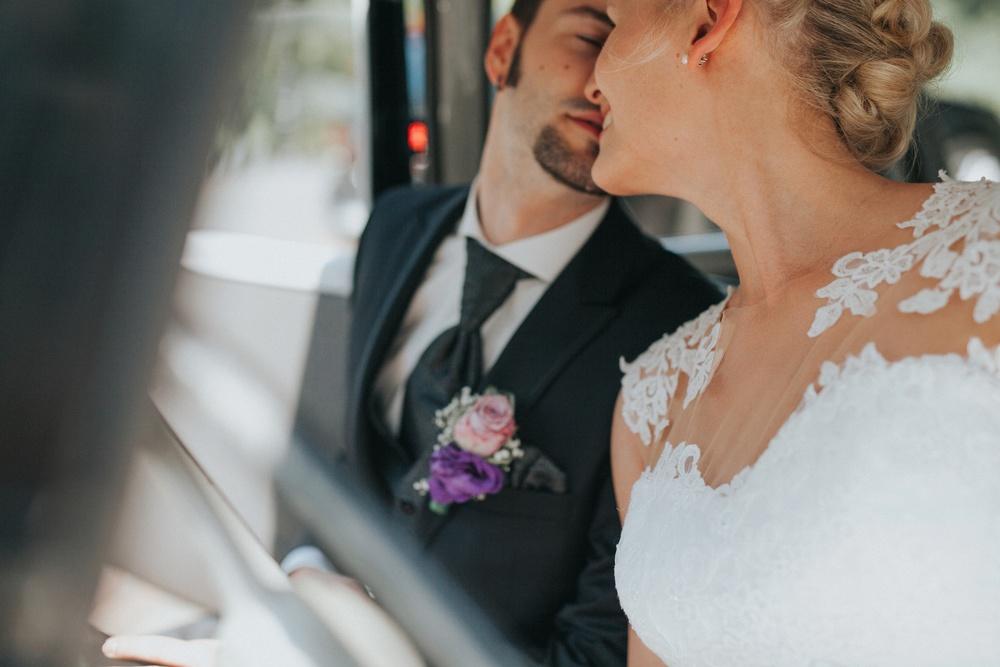 Brautpaar im Oldtimer beim Hochzeitsshooting in Waldhotel Rheinbach