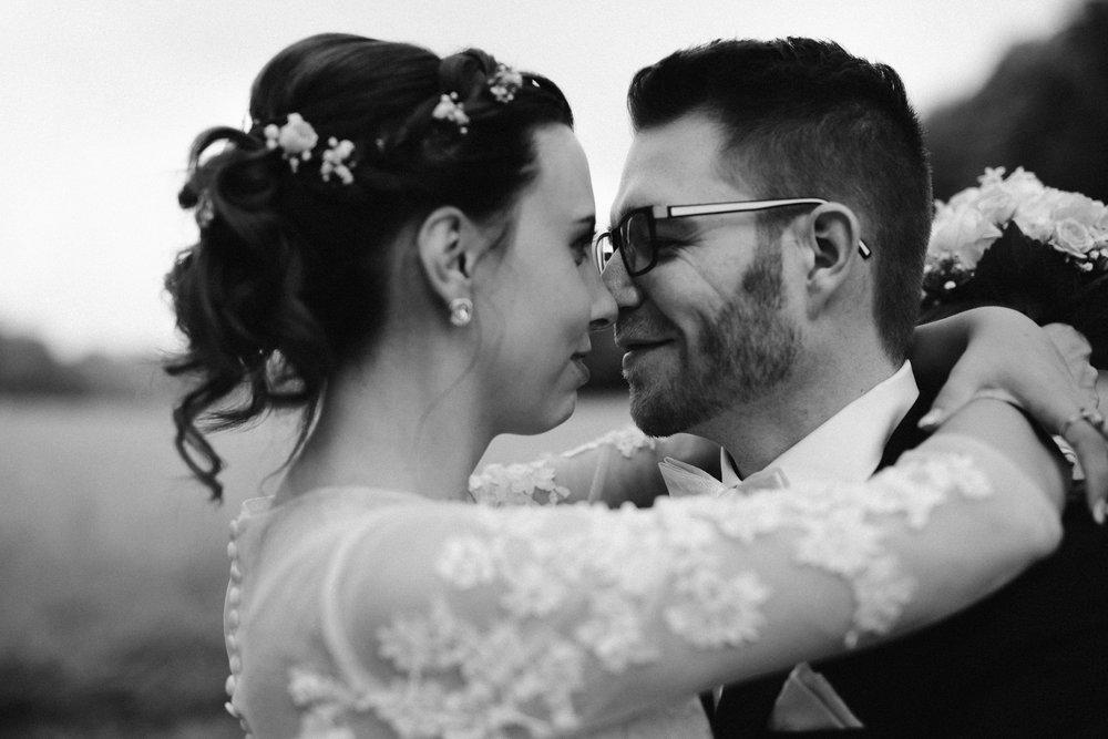 Schwarz-weiß Portrait Brautpaar im Hochzeit im Landhotel Voshövel in Schermbeck